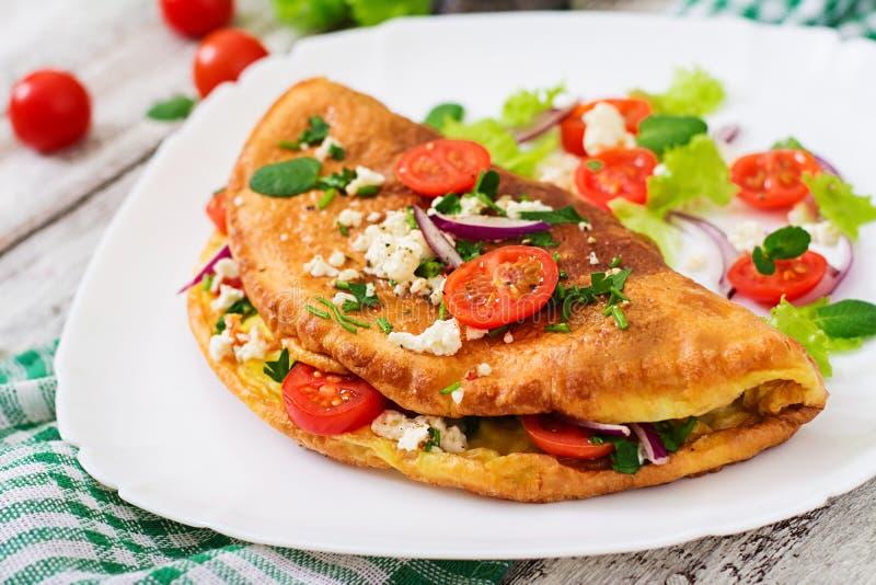 Omlet z pomidorów, pietruszki i feta serem, zdjęcie royalty free