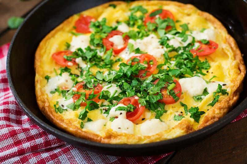 Omlet z pomidorów, pietruszki i feta serem, obrazy stock