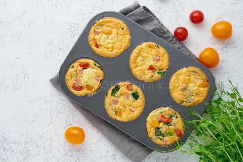 Omlet z pomidorami, bekon, piec jajka z szpinakami i brokuły, odgórny widok, keto, ketogenic dieta fotografia stock