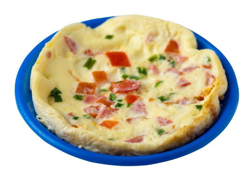 Omlet z pomidorami i zielonymi cebulami na talerzu odizolowywającym na białym tle omletu odgórny widok zdrowe ?niadanie obrazy royalty free