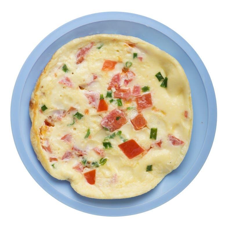 Omlet z pomidorami i zielonymi cebulami na talerzu odizolowywającym na białym tle omletu odgórny widok zdrowe ?niadanie fotografia stock