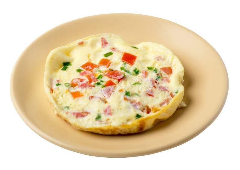Omlet z pomidorami i zielonymi cebulami na talerzu odizolowywającym na białym tle omletu odgórny widok zdrowe ?niadanie obraz royalty free