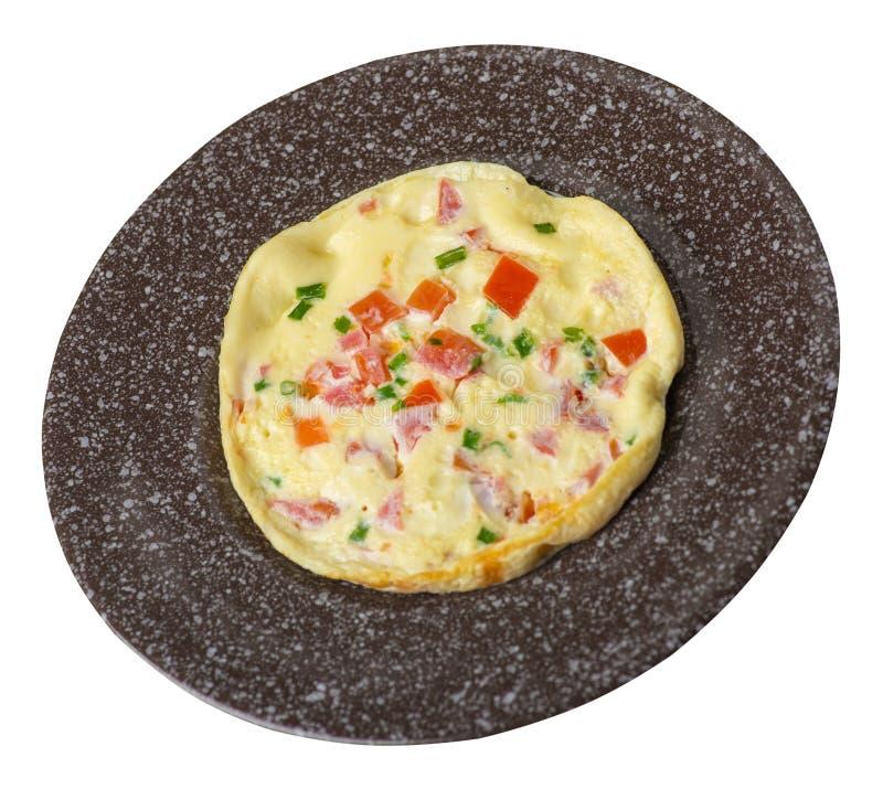 Omlet z pomidorami i zielonymi cebulami na talerzu odizolowywającym na białym tle omletu odgórny widok zdrowe ?niadanie zdjęcie stock
