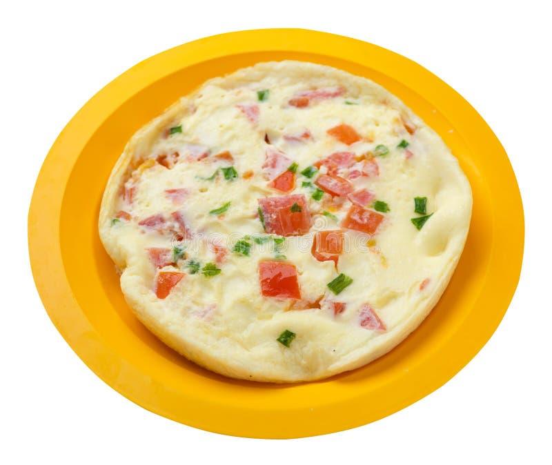 Omlet z pomidorami i zielonymi cebulami na talerzu odizolowywającym na białym tle omletu odgórny widok zdrowe ?niadanie zdjęcie royalty free