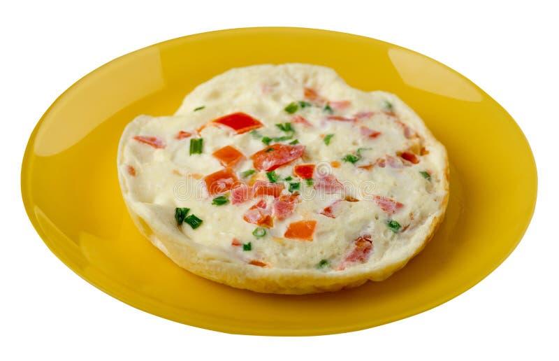 Omlet z pomidorami i zielonymi cebulami na talerzu odizolowywającym na białym tle omletu odgórny widok zdrowe ?niadanie obraz stock