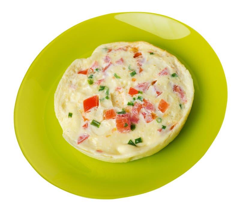 Omlet z pomidorami i zielonymi cebulami na talerzu odizolowywającym na białym tle omletu odgórny widok zdrowe ?niadanie fotografia royalty free