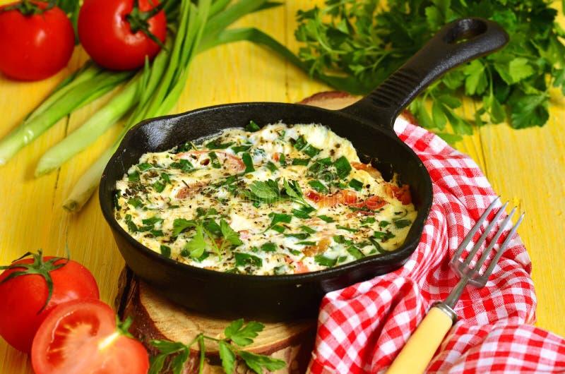 Omlet z pomidorem, zieloną cebulą i ziele, obrazy royalty free