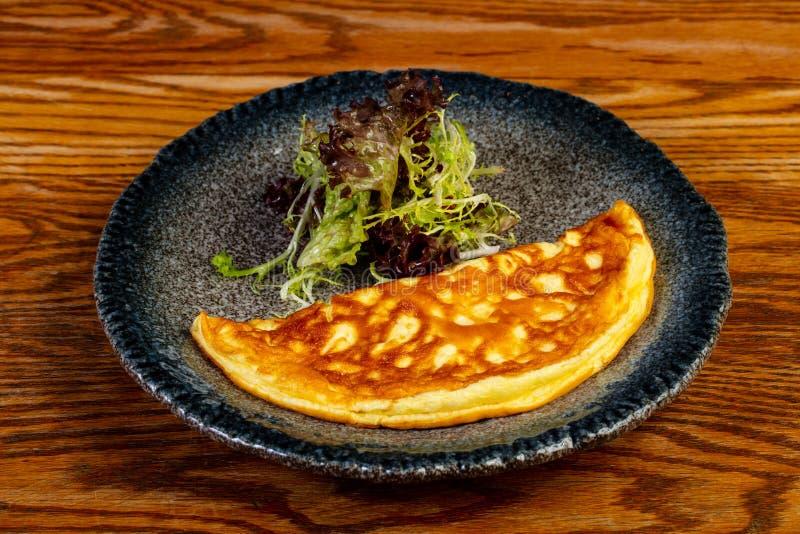Omlet z sałatką zdjęcie royalty free