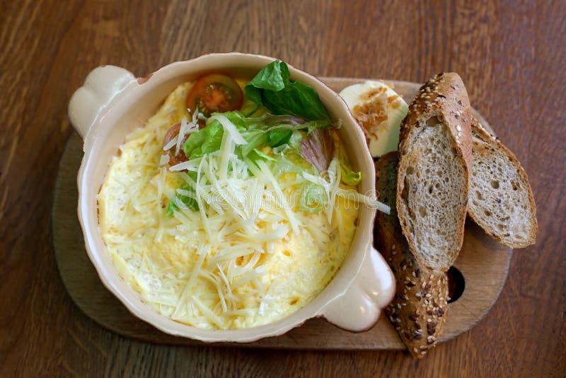 Omlet z serem i adra chlebem zdjęcie stock
