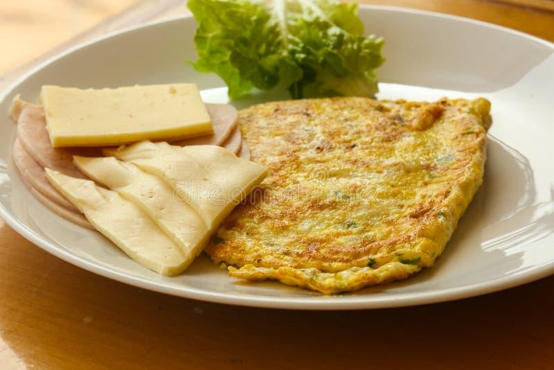 Omlet z serem i sałatką zdjęcie royalty free