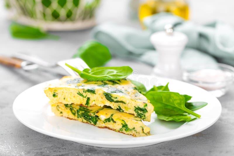 Omlet z szpinaków liśćmi Omelette na talerzu, rozdrapani jajka obraz royalty free
