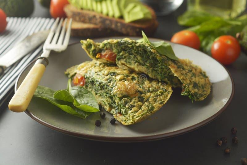 Omlet z szpinak?w li??mi Zdrowy omelette dla gubi ciężar zdrowa ?ywno?? obrazy stock