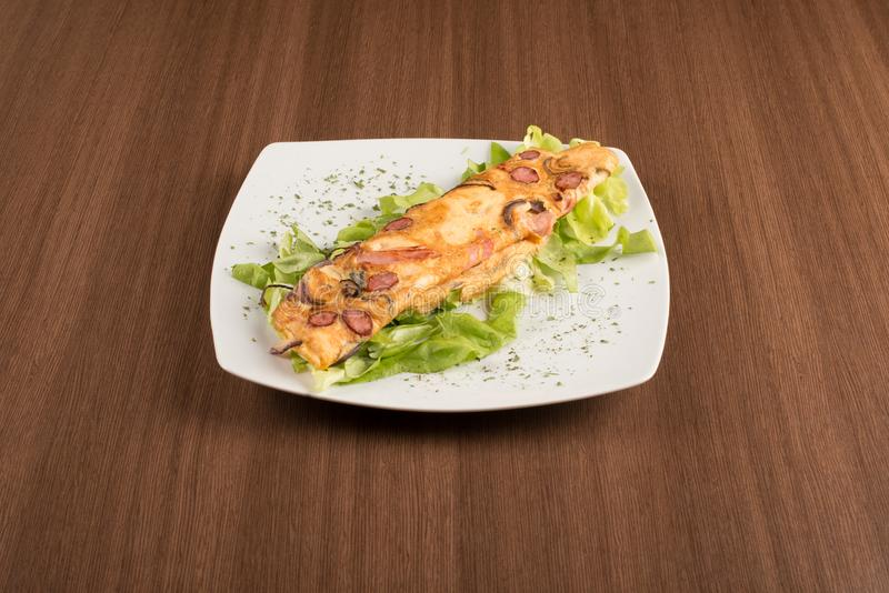 omlette用新鲜的沙拉 免版税库存照片