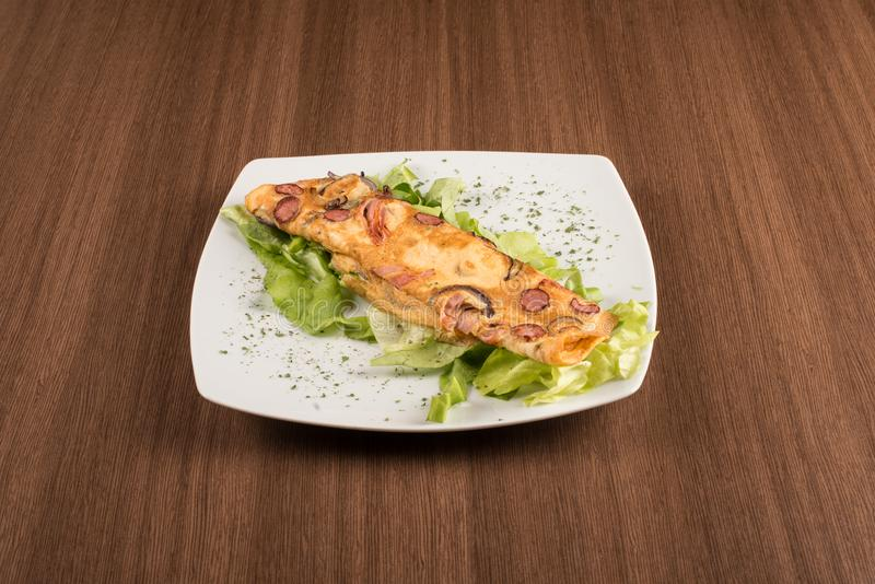 omlette用新鲜的沙拉 库存图片