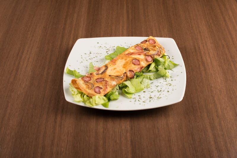 omlette用新鲜的沙拉 库存照片