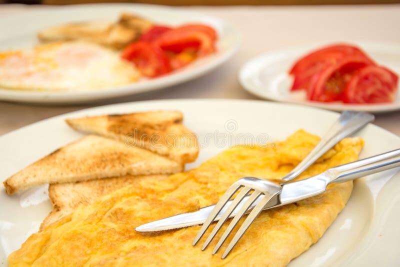 Omlette z grzanka pomidorami i chlebem fotografia stock