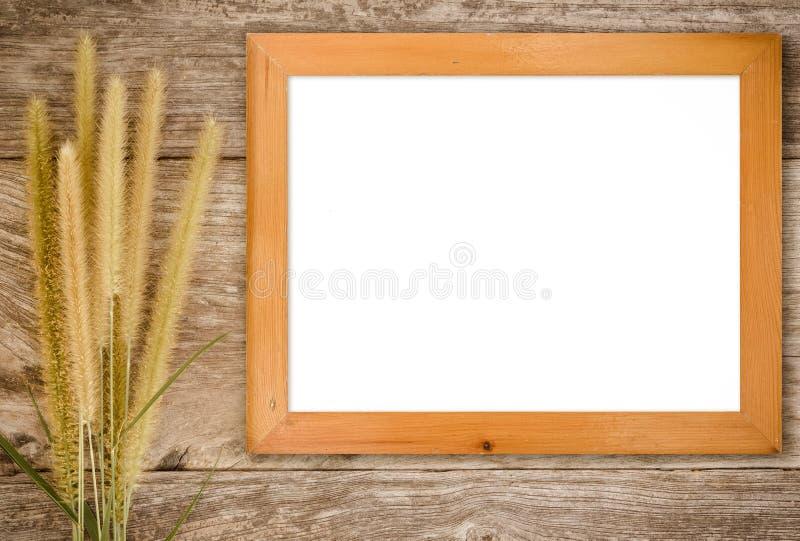 Omlijsting op hout en gras stock afbeelding