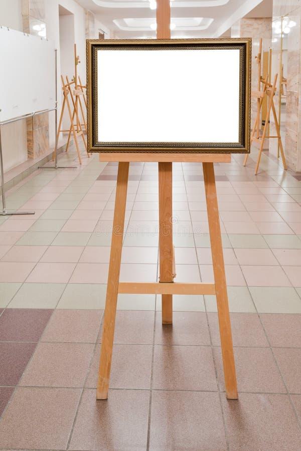 Omlijsting op schildersezel in kunstgalerie stock fotografie