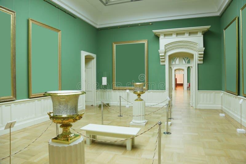 Omlijstingen in groene ruimte van museum stock fotografie