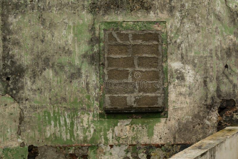 Ommuurd omhoog venster van een verlaten huis royalty-vrije stock afbeelding