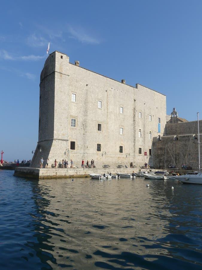 Ommuurde oude haven van de oude stad van Dubrovnik, Kroatië royalty-vrije stock afbeelding