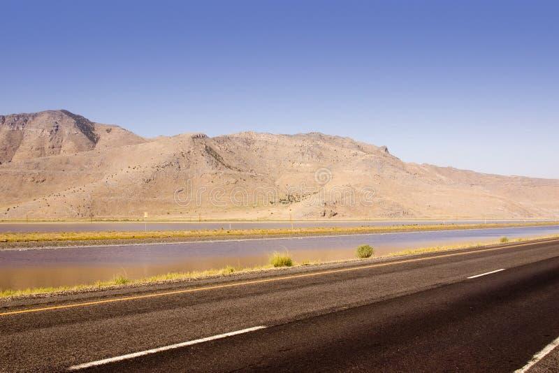 Omnibus, étang et la montagne image libre de droits