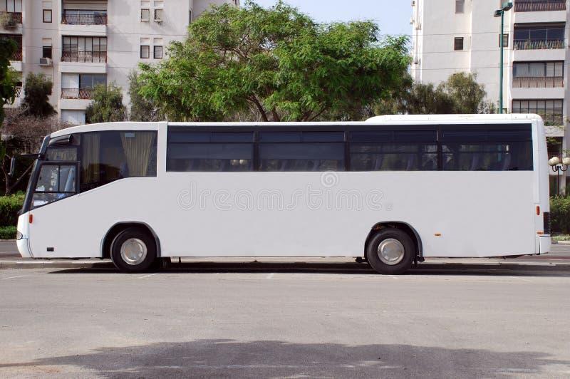 Omnibus blanco con el panel en blanco imágenes de archivo libres de regalías