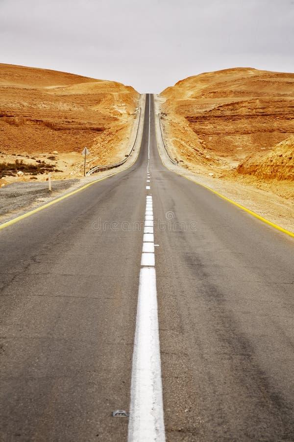 Omnibus d'asphalte dans le désert photos stock