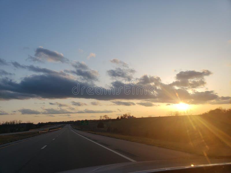 Omnibus de coucher du soleil images stock