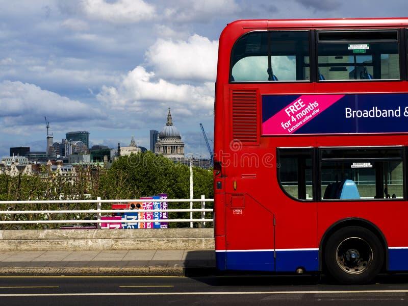 Omnibus de la catedral y de Londres del St. Pauls imagen de archivo libre de regalías
