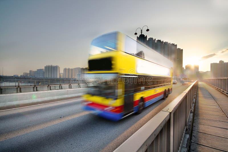 Omnibus de la velocidad a través del camino de la puesta del sol fotos de archivo