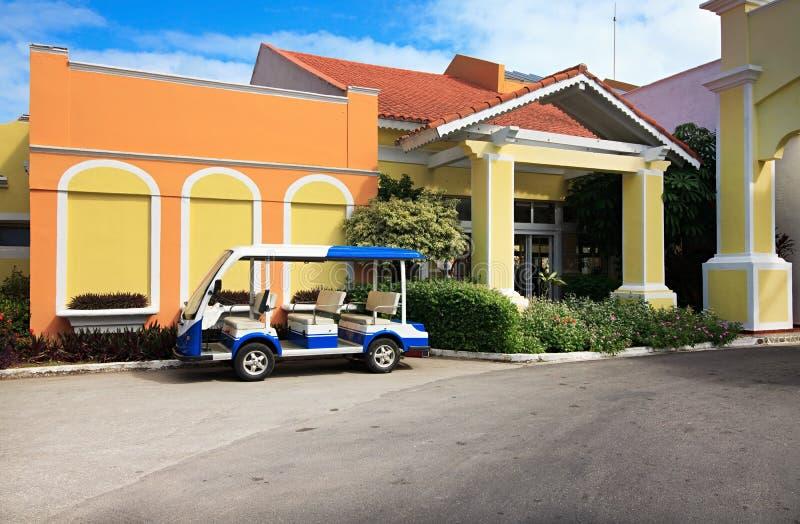 Omnibus de lanzadera cerca del hotel fotos de archivo libres de regalías