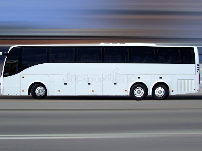 Omnibus de viaje blanco en el movimiento imágenes de archivo libres de regalías