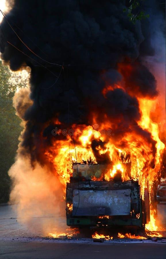 Download Omnibus en fuego imagen de archivo. Imagen de cubo, catástrofe - 7281539