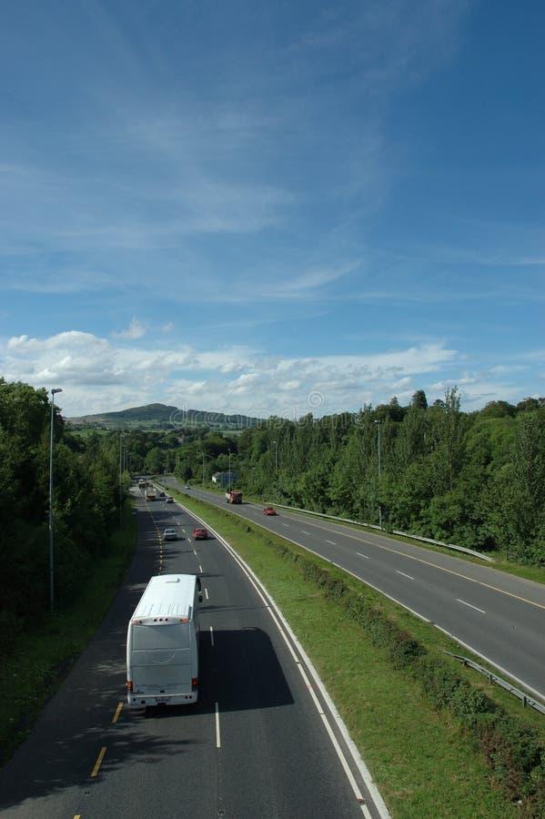 Omnibus en la autopista imagen de archivo