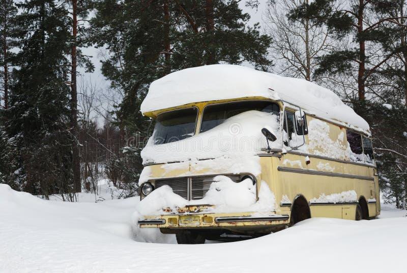 Omnibus viejo del vinage cubierto con nieve del invierno imágenes de archivo libres de regalías