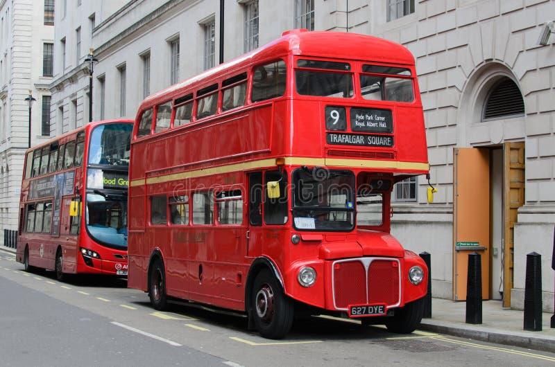 Omnibuses del rojo de Londres foto de archivo