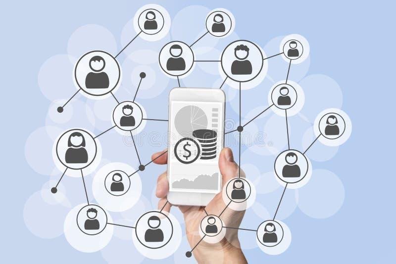 Omnichannel y concepto social viral de las ventas del márketing y del móvil con la mano que sostiene el teléfono elegante moderno fotografía de archivo