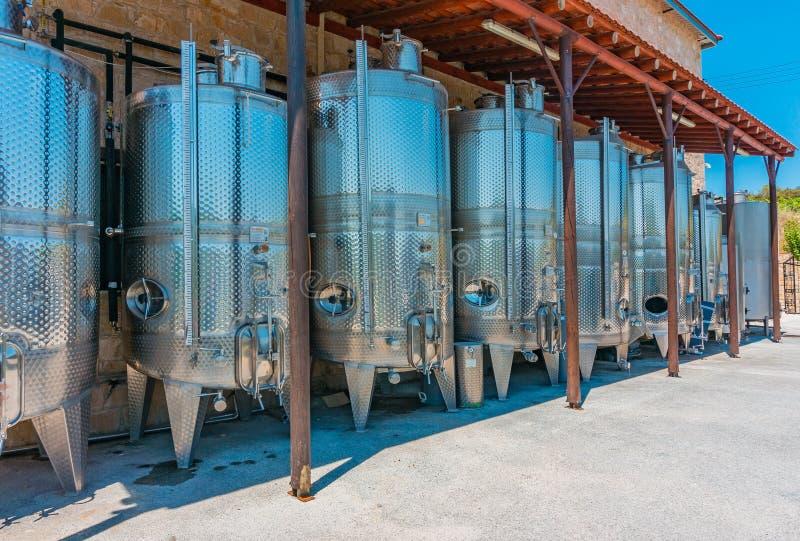 Omodhos,塞浦路斯- 07 06 18:酒发酵的不锈钢坦克在酿酒厂 图库摄影