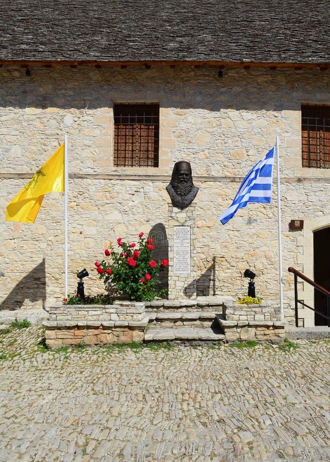 OMODOS-CYPRUS - 15 MAI 2015 Abbot Bust au village d'Omodos dans les montagnes de Troodos de la Chypre Rue et bâtiment photos stock