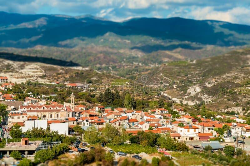 Omodos traditionell by i de Troodos bergen Limassol område, Cypern royaltyfri foto