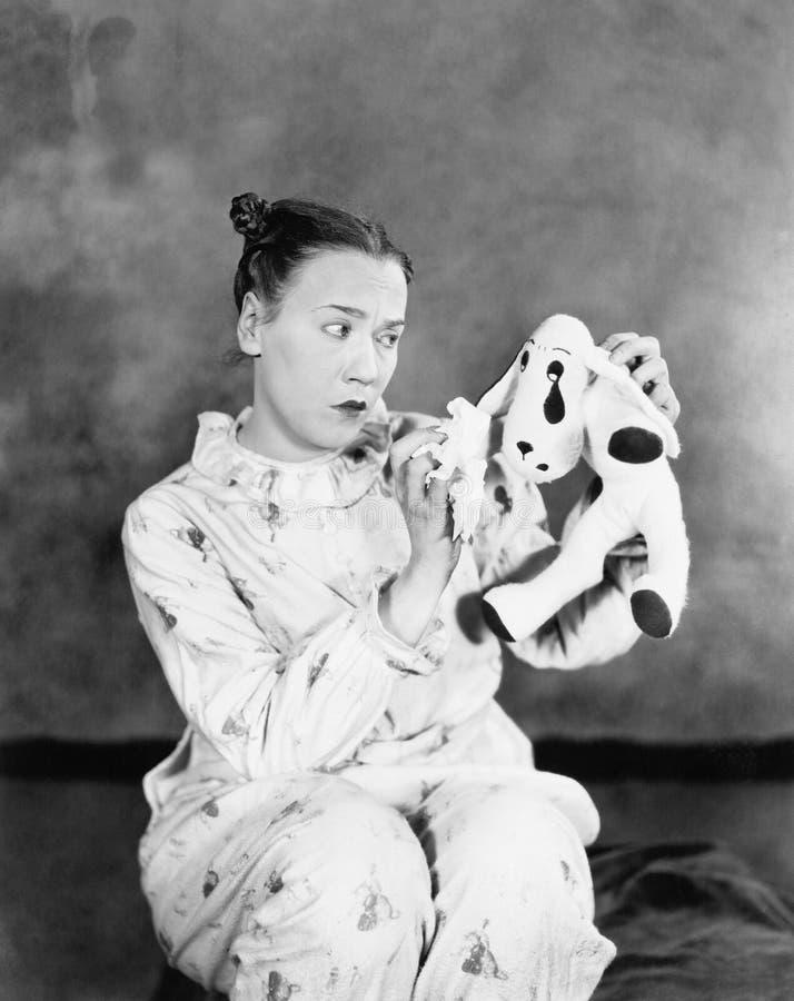 Omogen kvinna som ser hennes leksakhund (alla visade personer inte är längre uppehälle, och inget gods finns Leverantörgarantier  royaltyfria foton