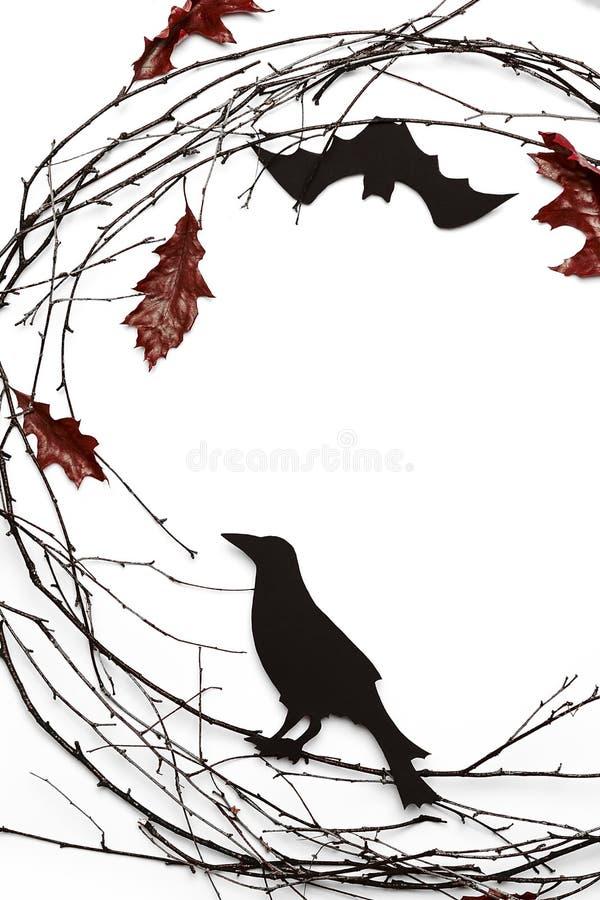 Omposition vertical del  de Ñ de ramas, del cuervo leavese y tallado rojo en el fondo blanco ilustración del vector