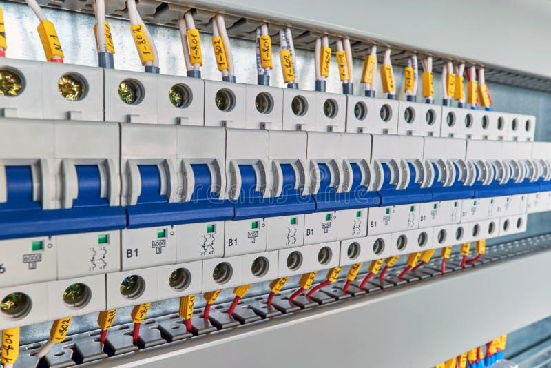 Område av elektriska modulströmkretssäkerhetsbrytare i elektriskt kabinett Lämna-siden beskådar arkivfoton