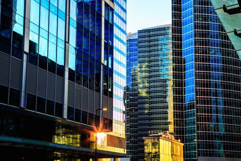 Område av exponeringsglasaffärsmitt Moderna skyskrapor arkivfoton