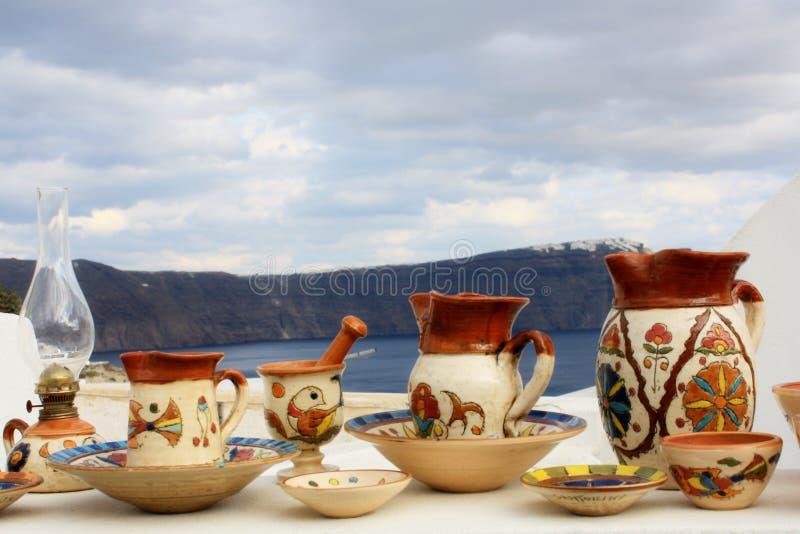 Område av traditionella keramiska souvenir från Santorini royaltyfria bilder