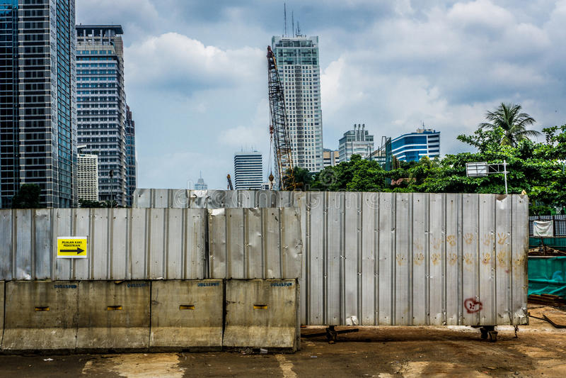 Område för konstruktion för zinkstaket ett täckande från det offentliga fotoet som tas i Jakarta Indonesien arkivbild