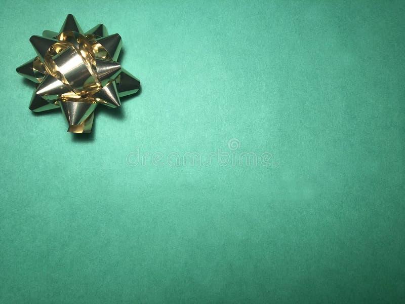 Område för tomt meddelande med prydnaden som den gula ljusa stjärnan, anmärkningspapper eller ram på mörker och ljus - grön bakgr royaltyfri foto