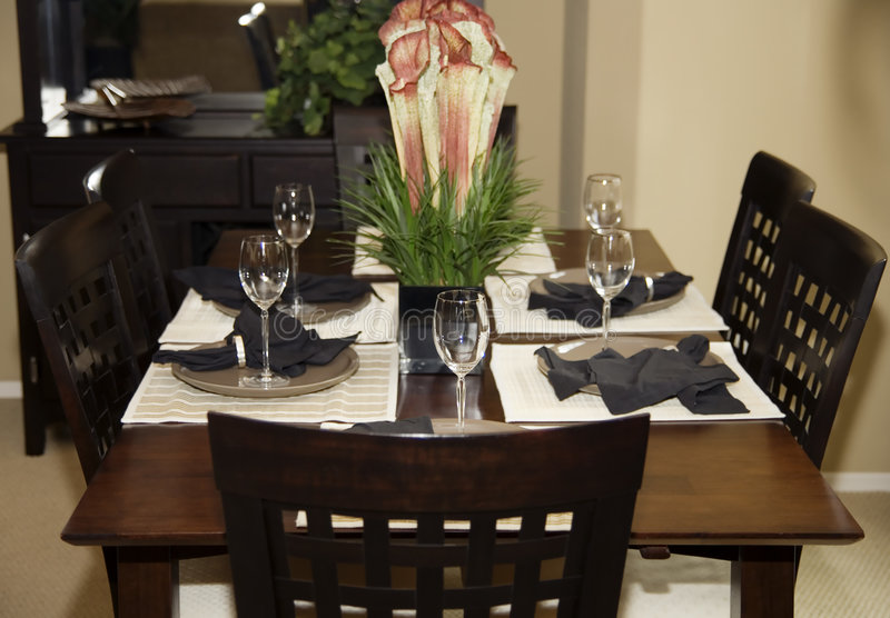 område som äter middag modern lokal royaltyfria bilder