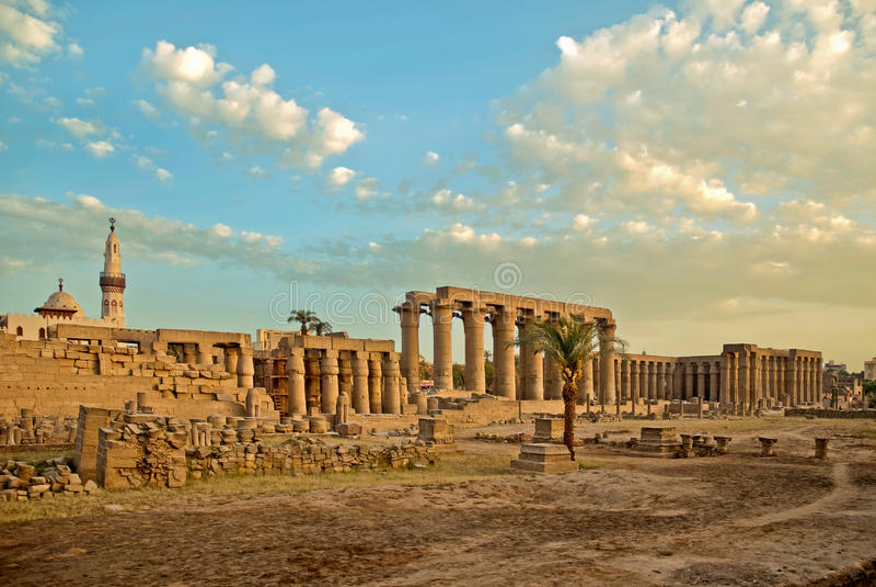 områdesluxor tempel royaltyfri fotografi